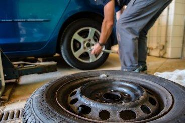Ako si pri prezúvaní zimných pneumatík za letné nezničiť auto
